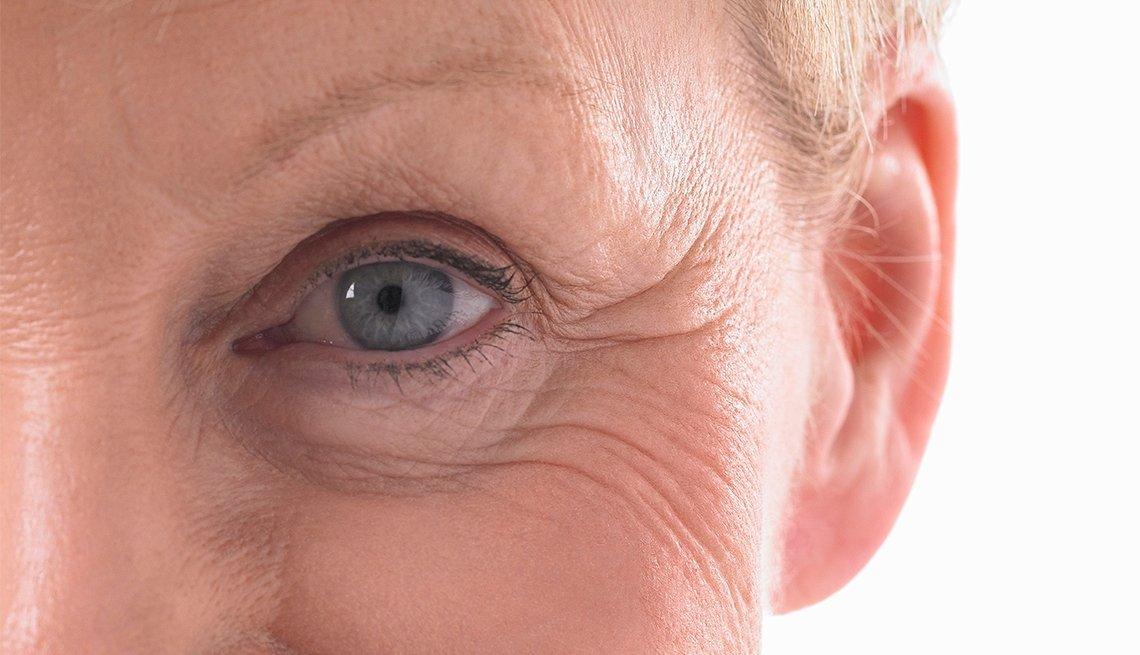 Foto de cerca del ojo y el párpado de una mujer mayor