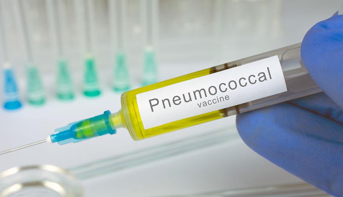 Persona sostiene una vacuna de Pneumococcal