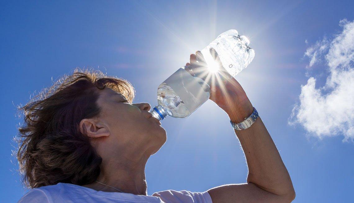 Mujer toma agua