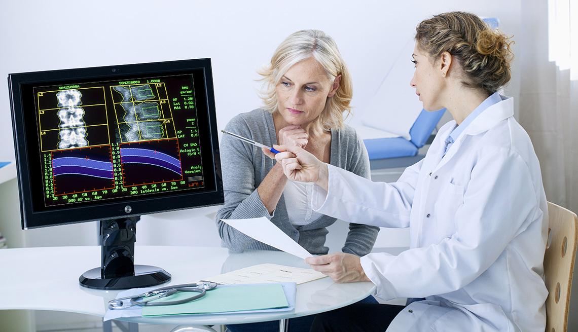 Doctor discute los resultados de un examen con su paciente