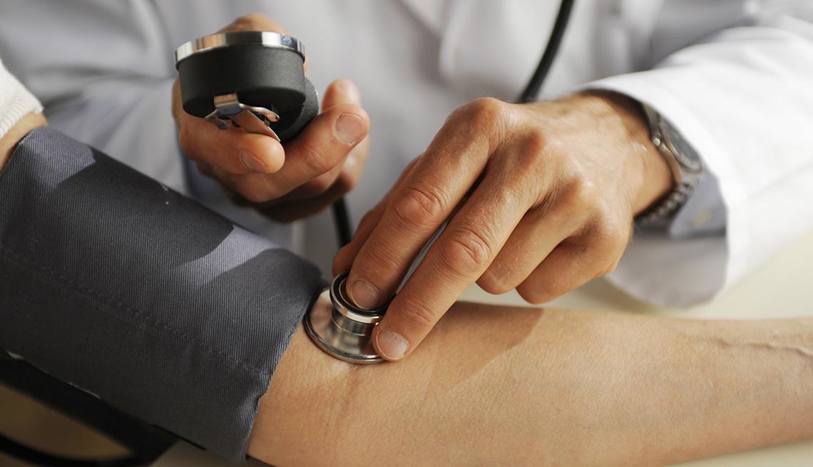 Doctor usa un estetoscopio con su paciente