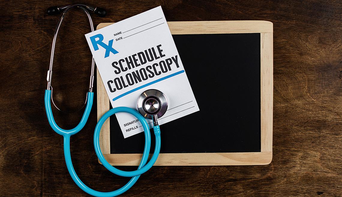 Referido médico para una colonoscopía, un estetoscopio y una pizarra pequeña