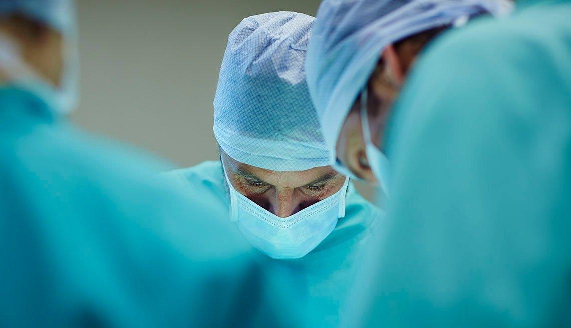 Cirujanos en sala de operación