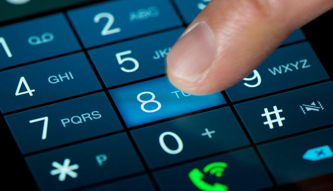 Persona marcando un número de teléfono