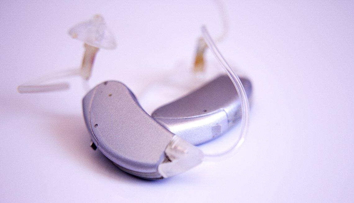 Toma cercana de un audífono