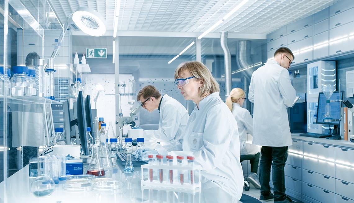 Cuatro científicos trabajan en un laboratorio