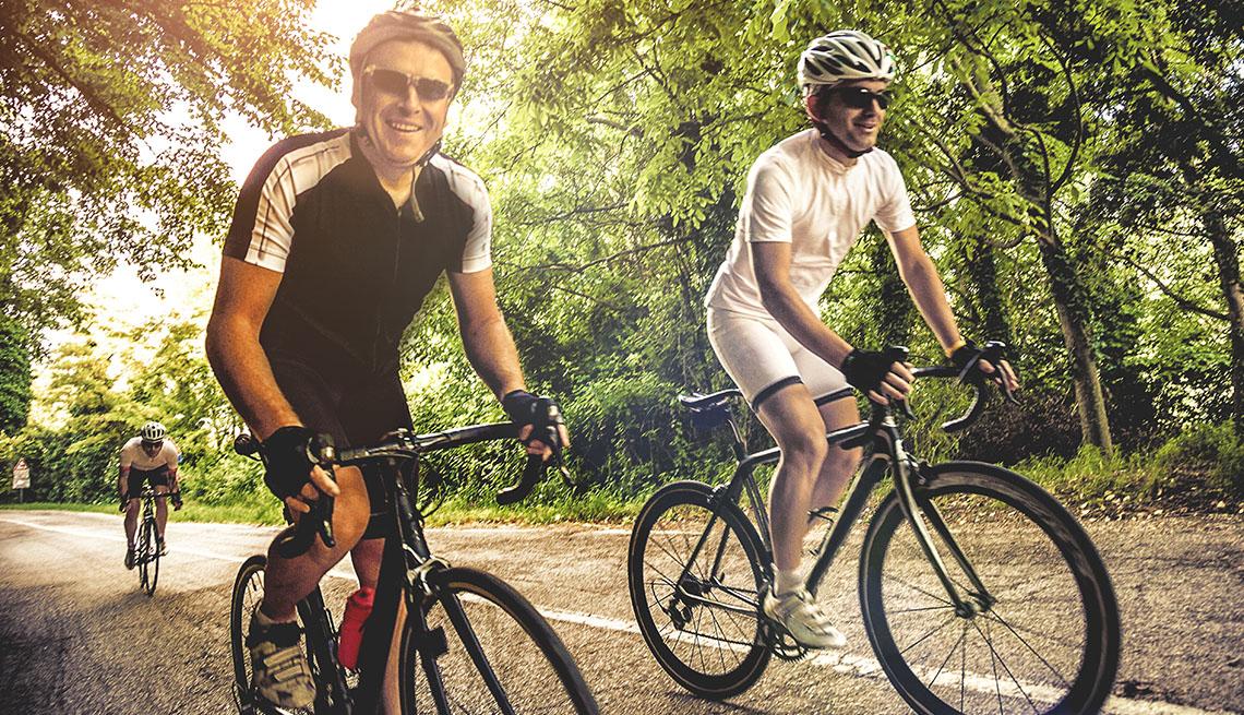 Tres hombres corren bicicleta