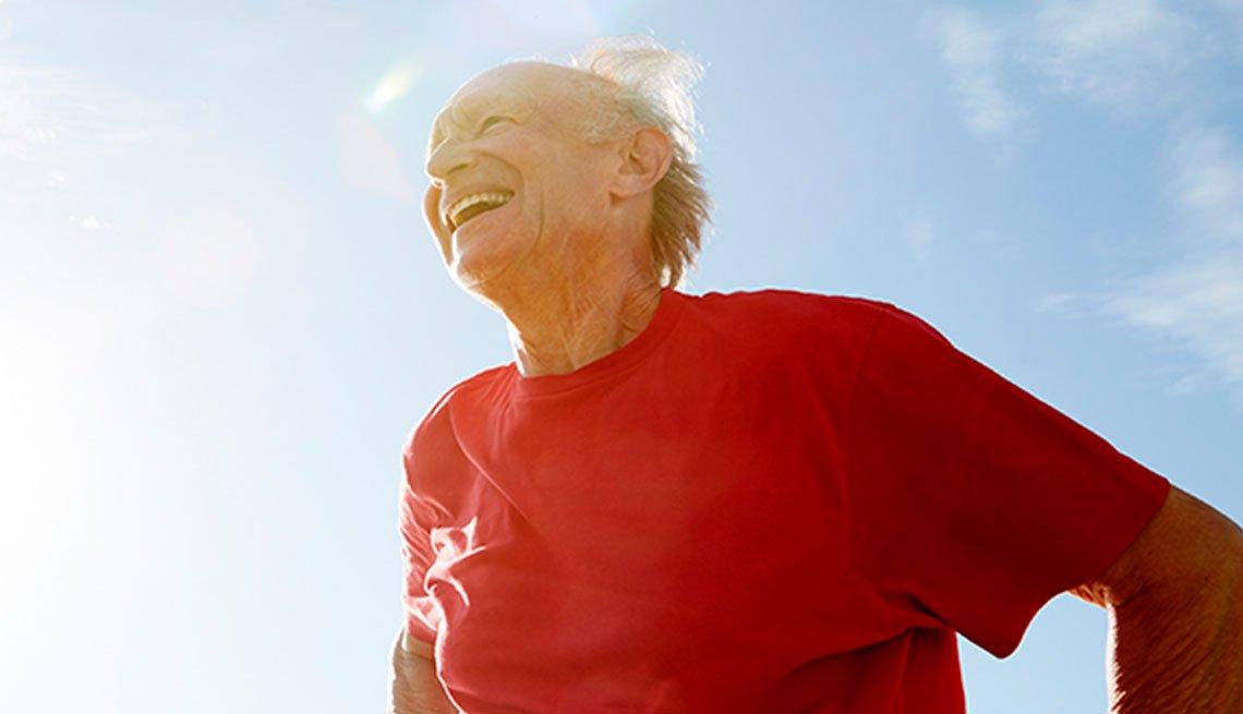 Un hombre mayor al aire libre