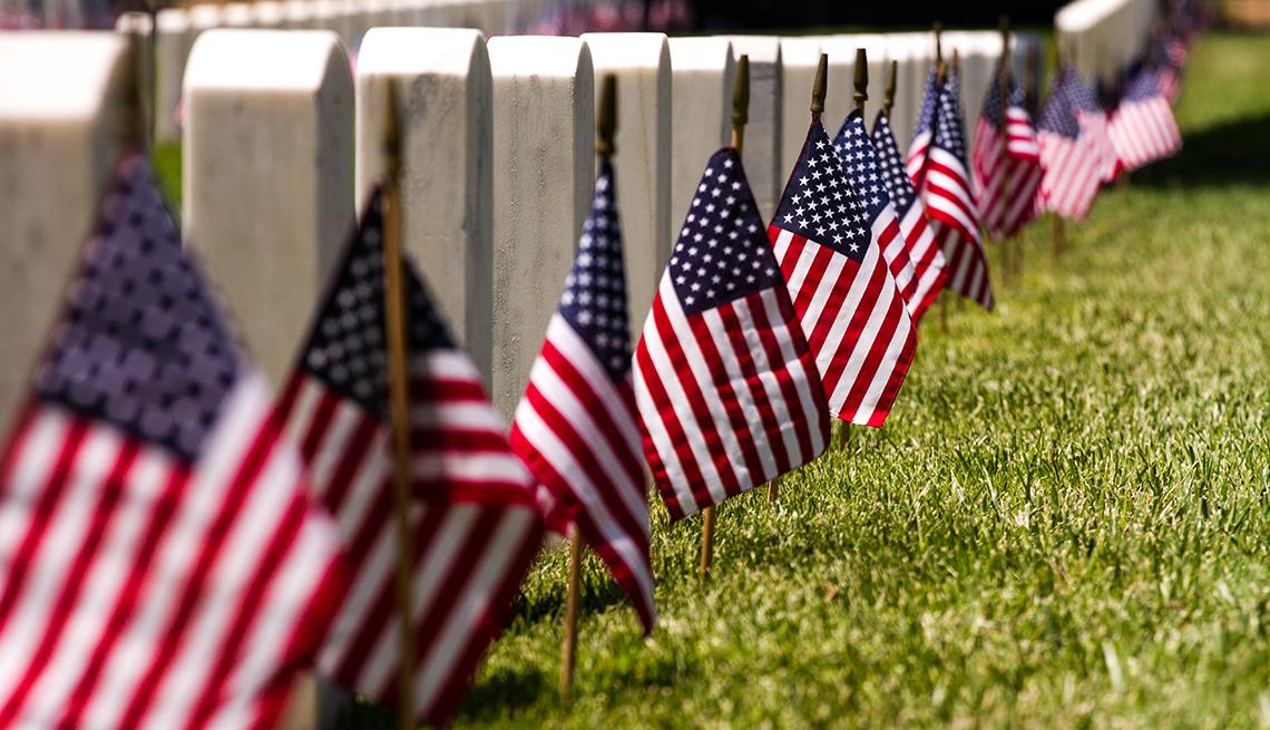 Cementerio con banderas de Estados Unidos junto a lápidas