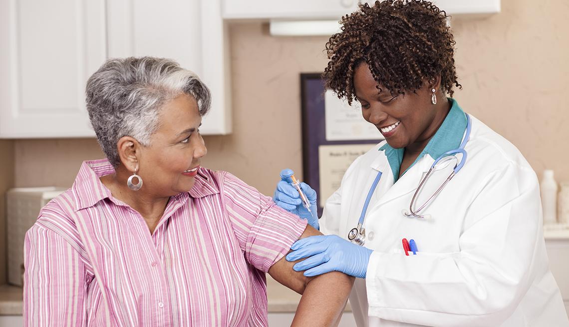 Una mujer recibe la vacuna contra la gripe