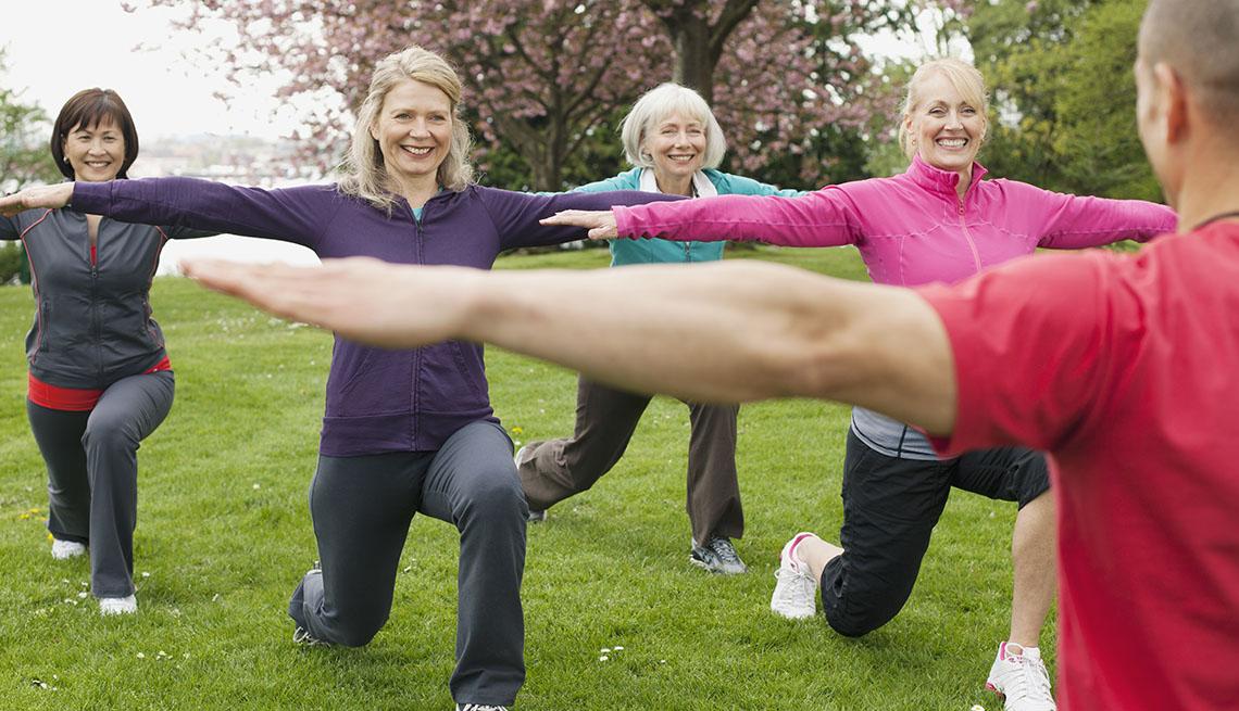 Mujeres toman una clase de ejercicios al aire libre