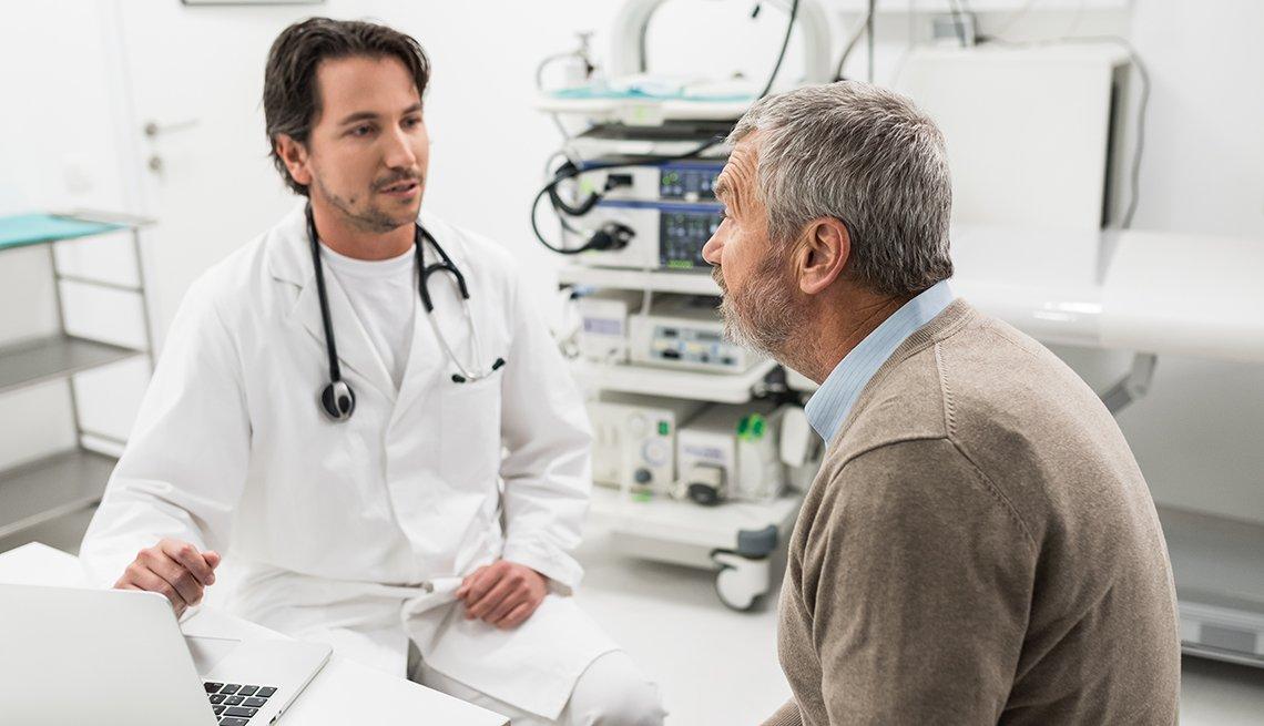 Un hombre consulta a su doctor