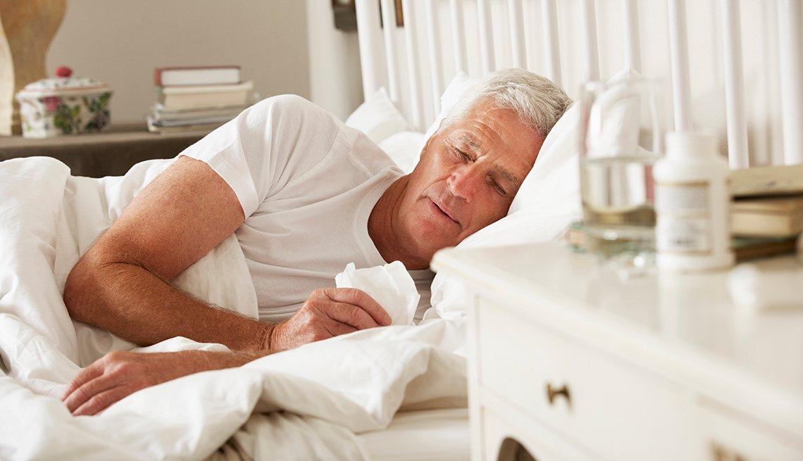 Hombre enfermo en su cama
