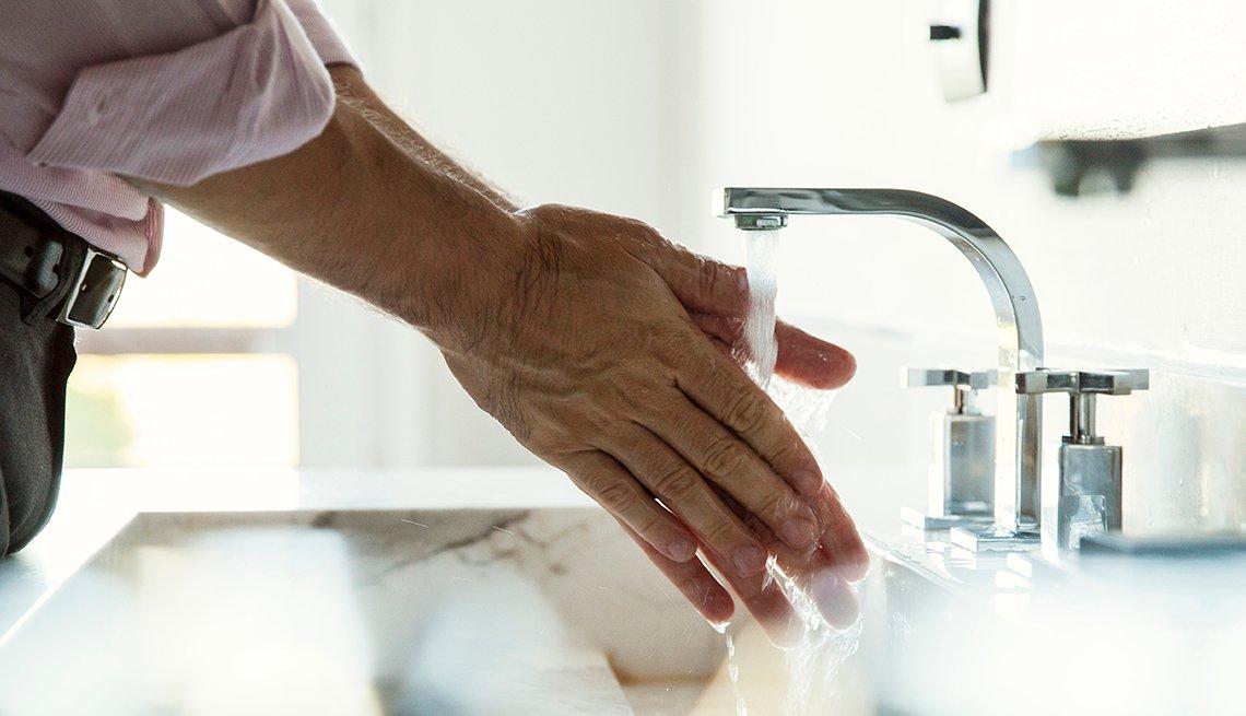 Hombre lavándose sus manos