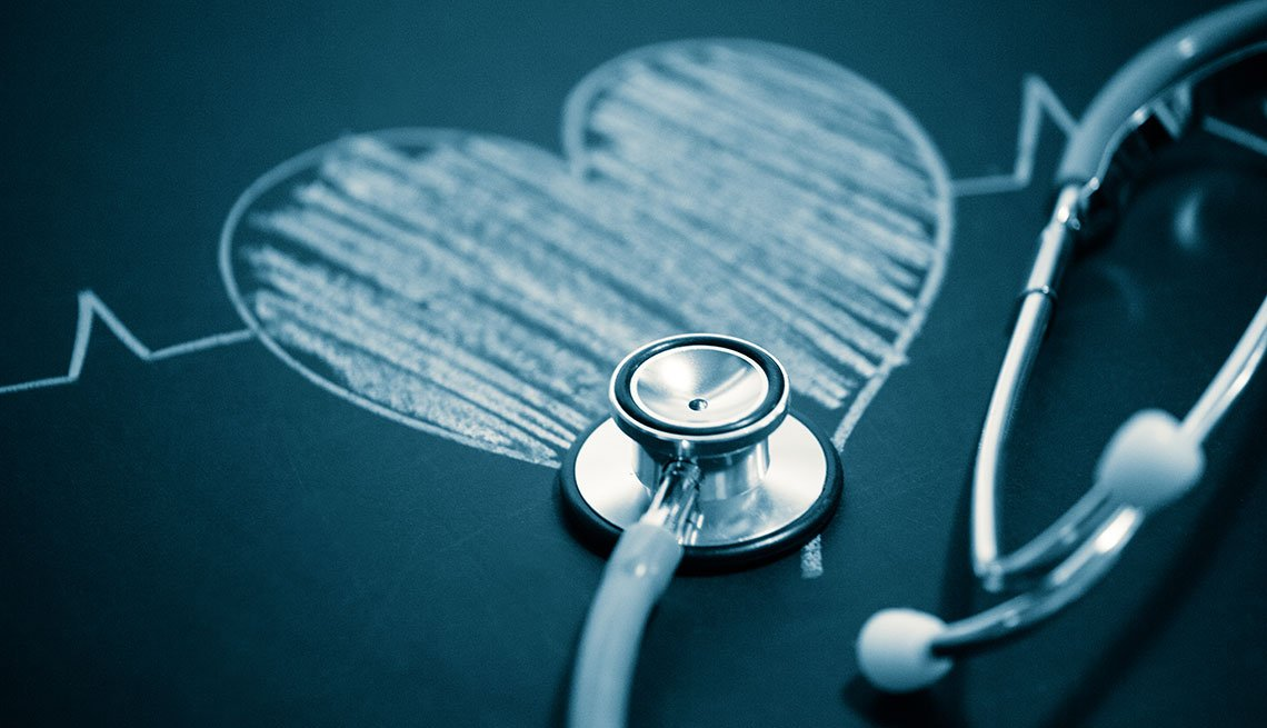 Estetoscopio sobre un corazón dibujado con una tiza