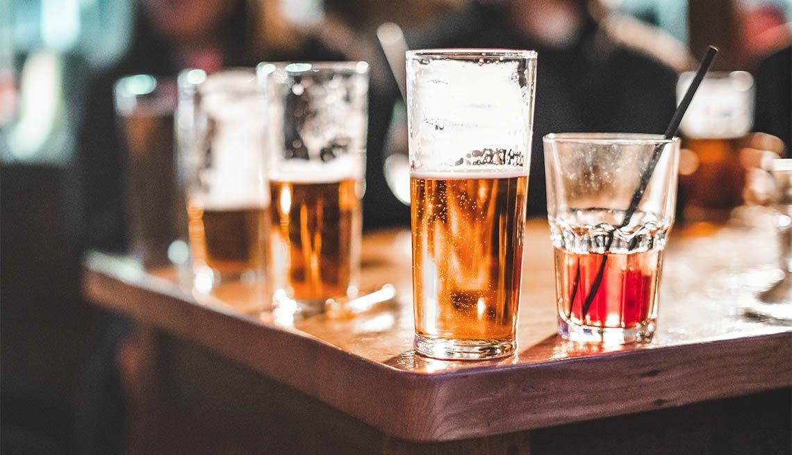 Vasos de cervezas y otras bebidas alcohólicas sobre una mesa