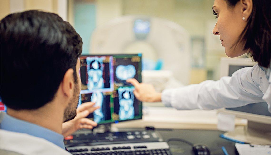 Médicos examinan una radiografía