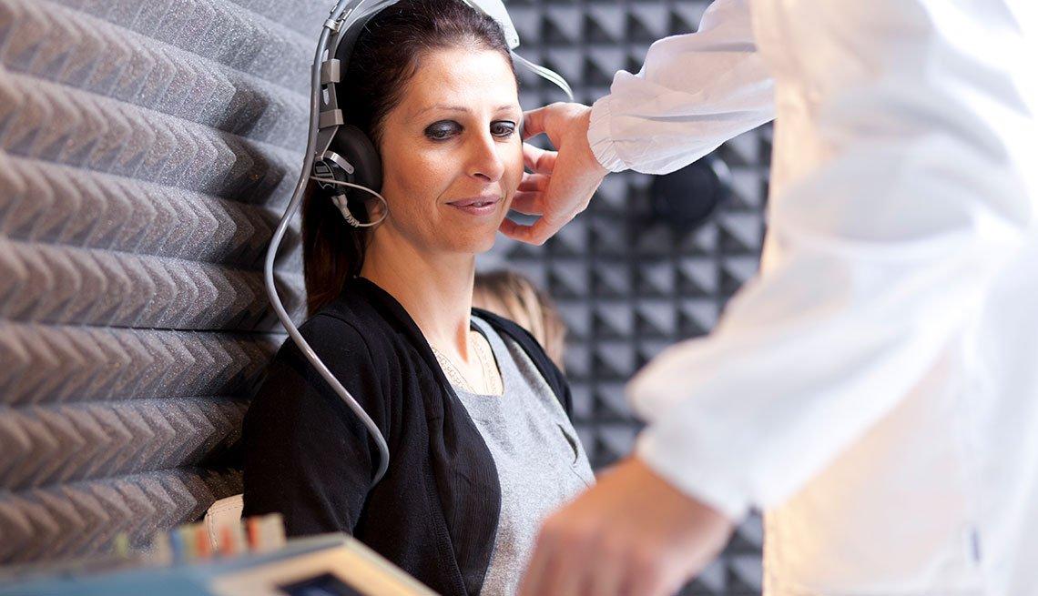Una mujer mientras le hacen un examen de audición