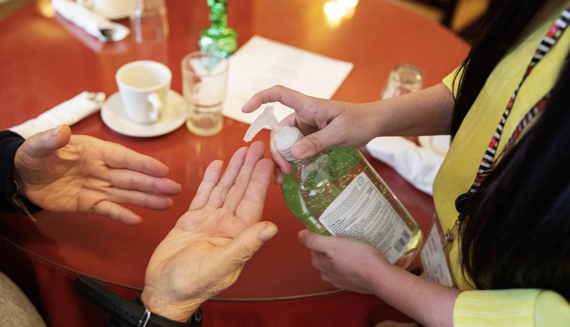 Dos personas usan jabón desinfectante