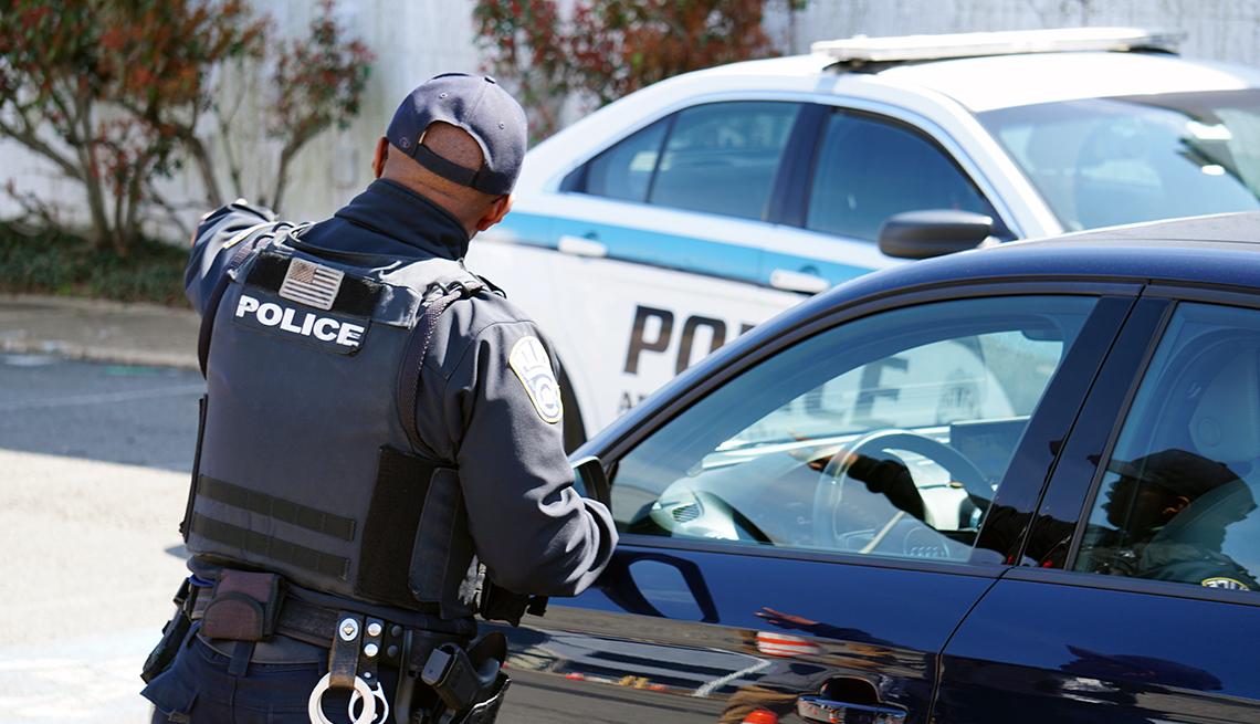 Un policía dirige el tránsito