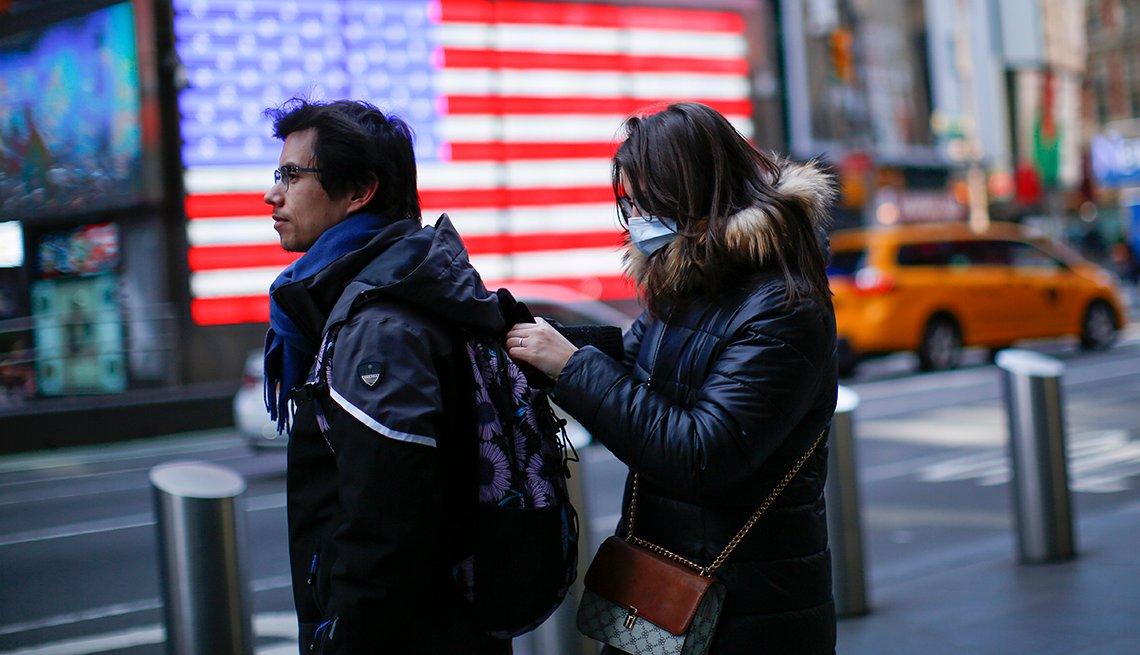 Una pareja joven pasea por Nueva York