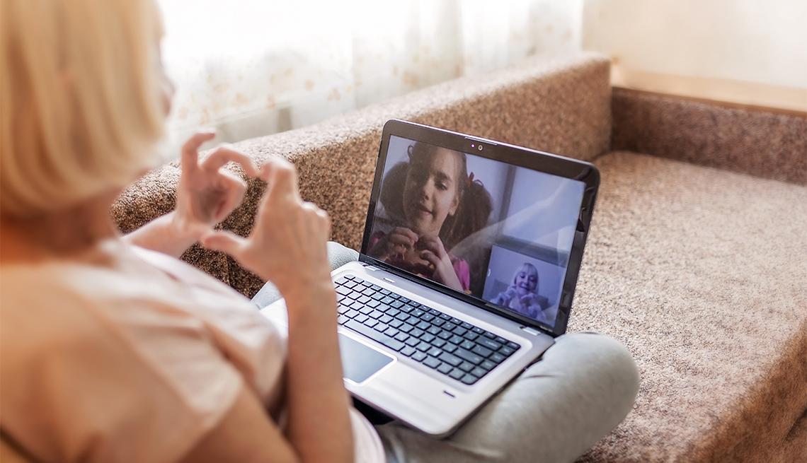 Una abuela conversa con su nieta a través de una videollamada