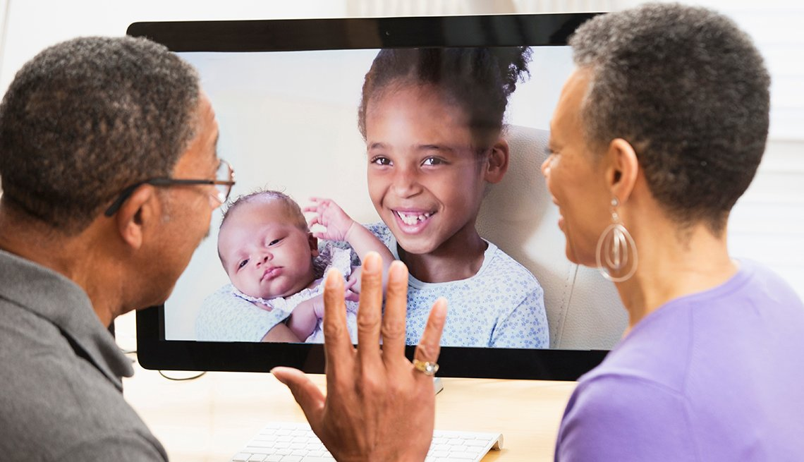Abuelos en teleconferencia con sus nietas