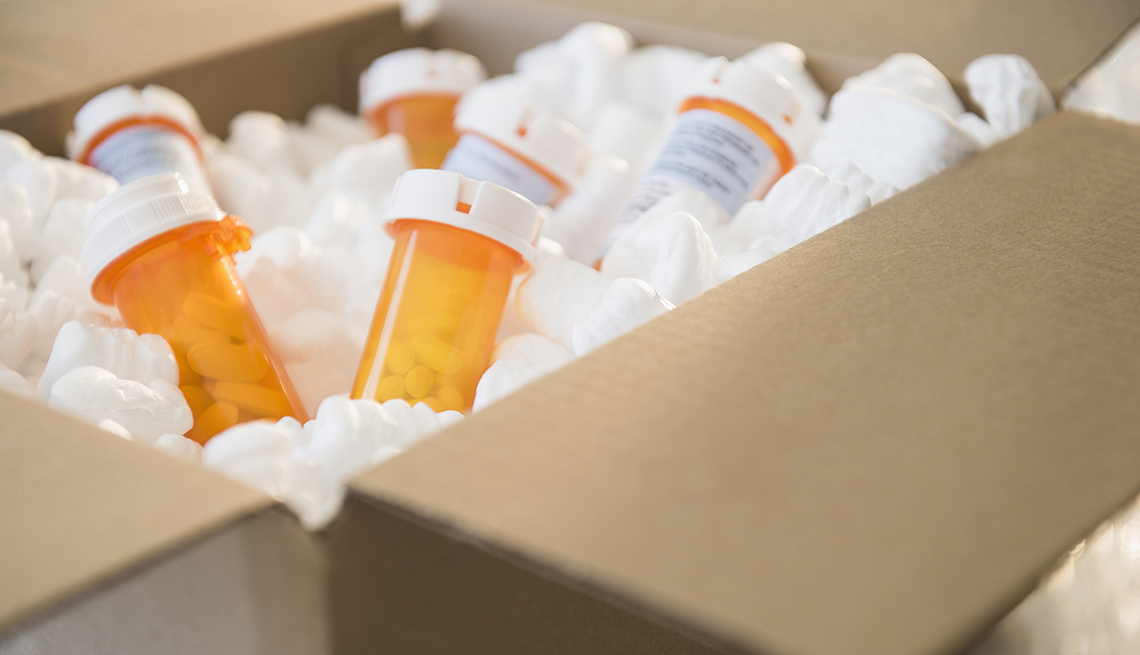 Frascos de medicamentos recetados en un caja