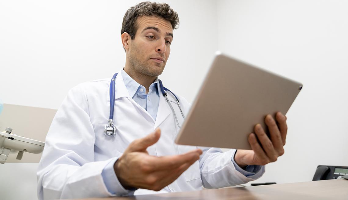 Doctor usa una tableta para comunicarse con sus pacientes