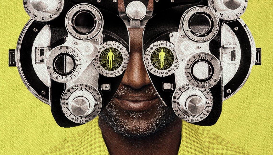 Un hombre al que le examinan la vista
