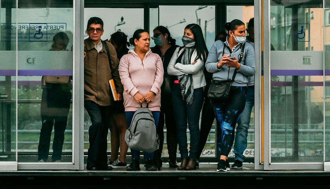 Grupo de personas esperando el autobús