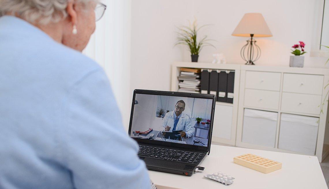 Una mujer consulta a su doctor desde su computadora