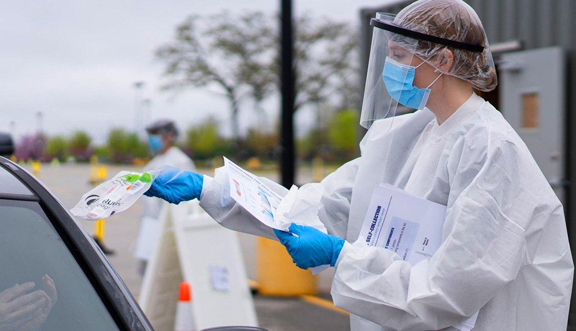 Personal médico reparte pruebas de coronavirus