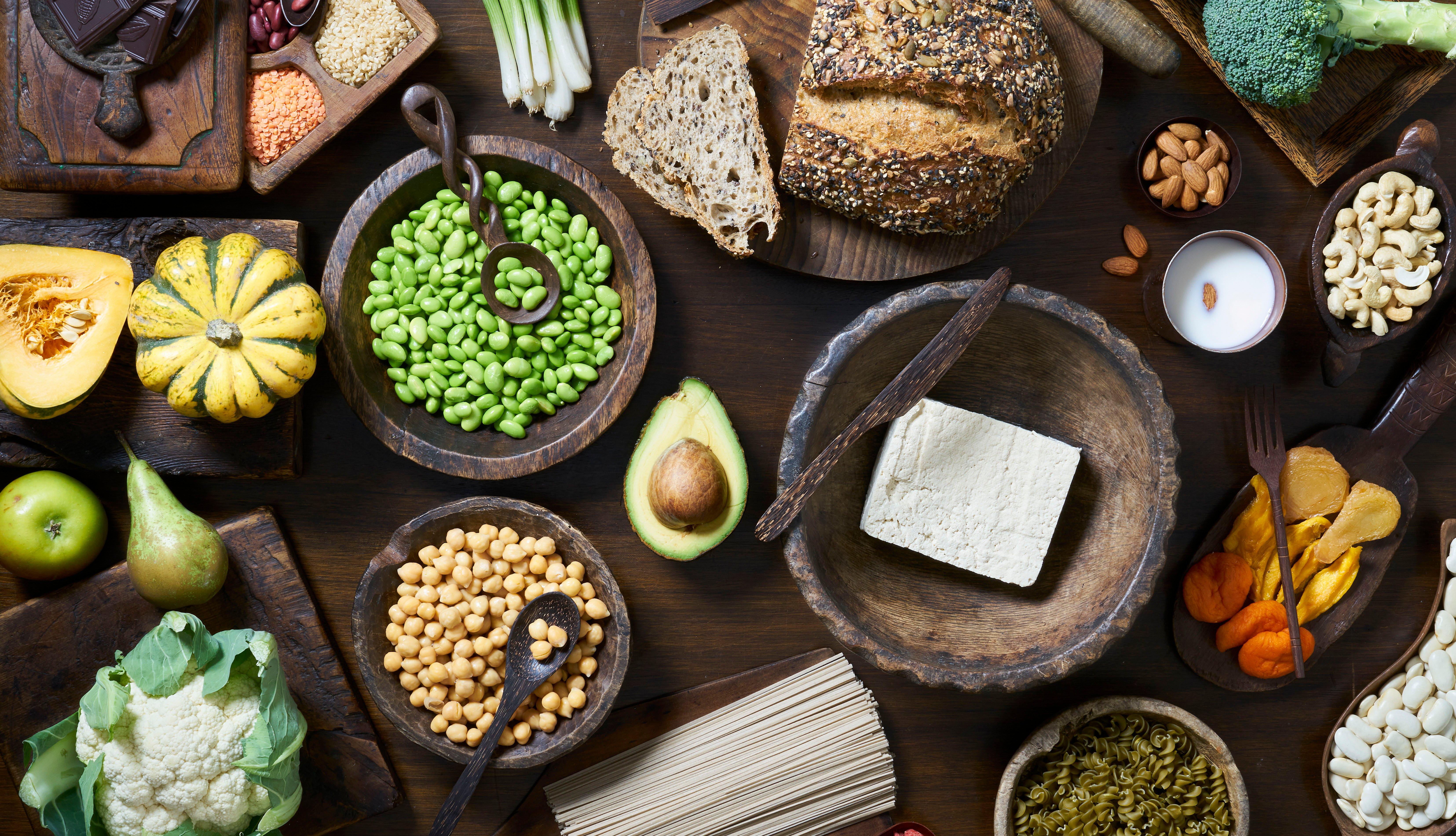 Alimentos nutritivos sobre una mesa