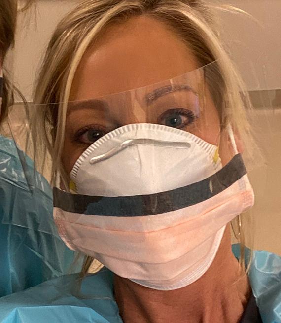 La enfermera Catherine Best  usa un protector para su cara