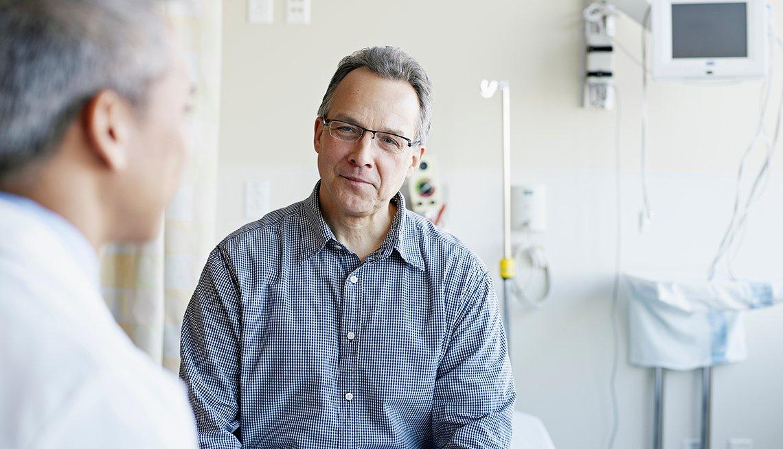 Médico hablan con su paciente sobre el cáncer de próstata
