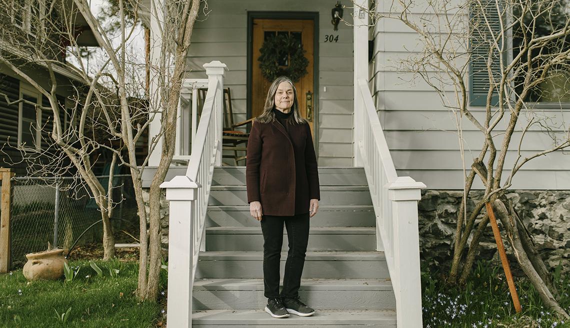Mary Sue Gorski parada frente a su hogar