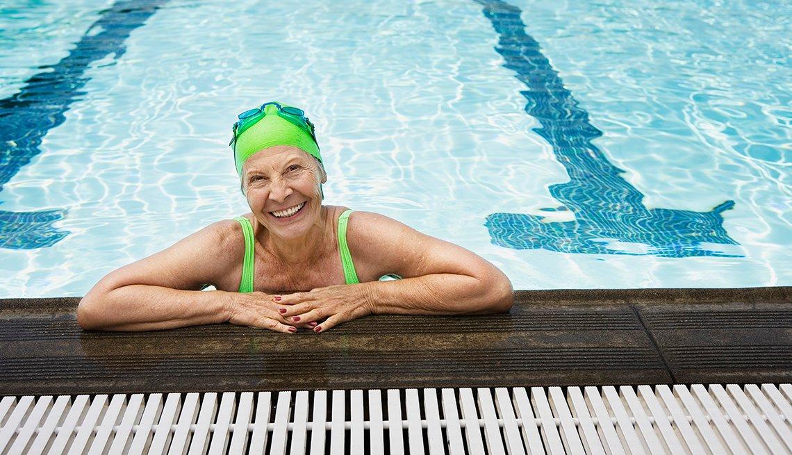 Una mujer soriente en una piscina