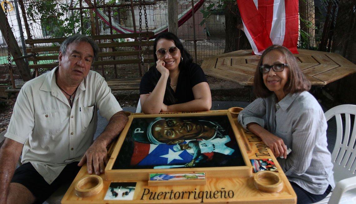 Angely Mercado junto a sus padres