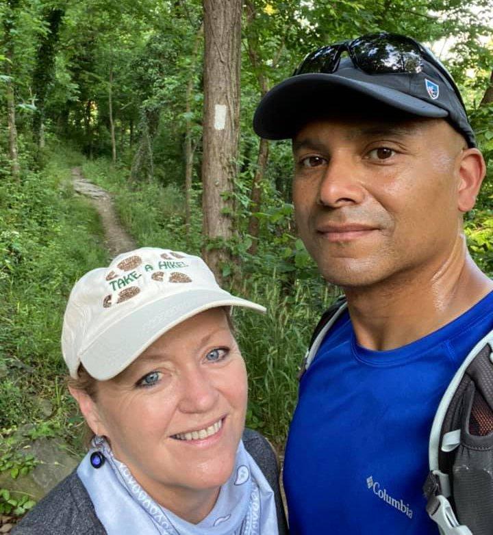 Terri Marshall junto a su esposo haciendo una caminata por el bosque