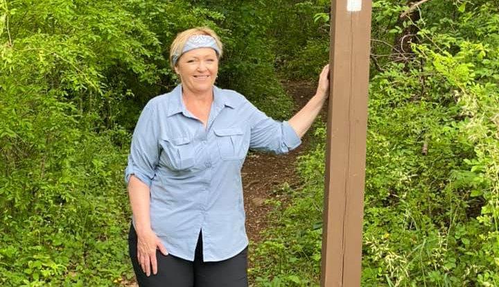 Terri Marshall camina por el bosque