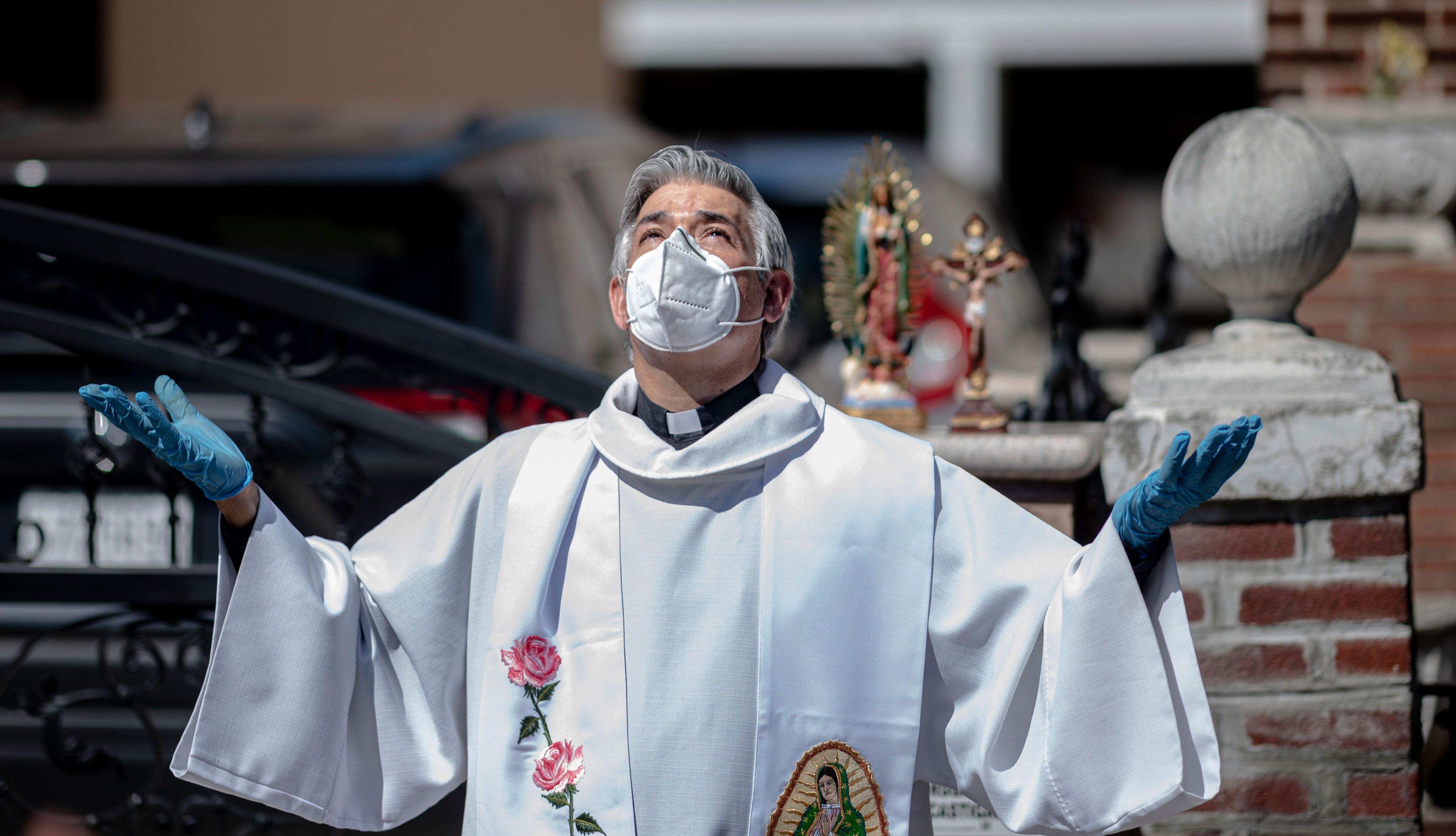 Fabian Arias, pastor luterano de la Iglesia de San Pedro en Manhattan, se prepara para celebrar un servicio en una calle en Brooklyn