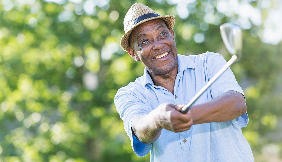hombre jugando golf