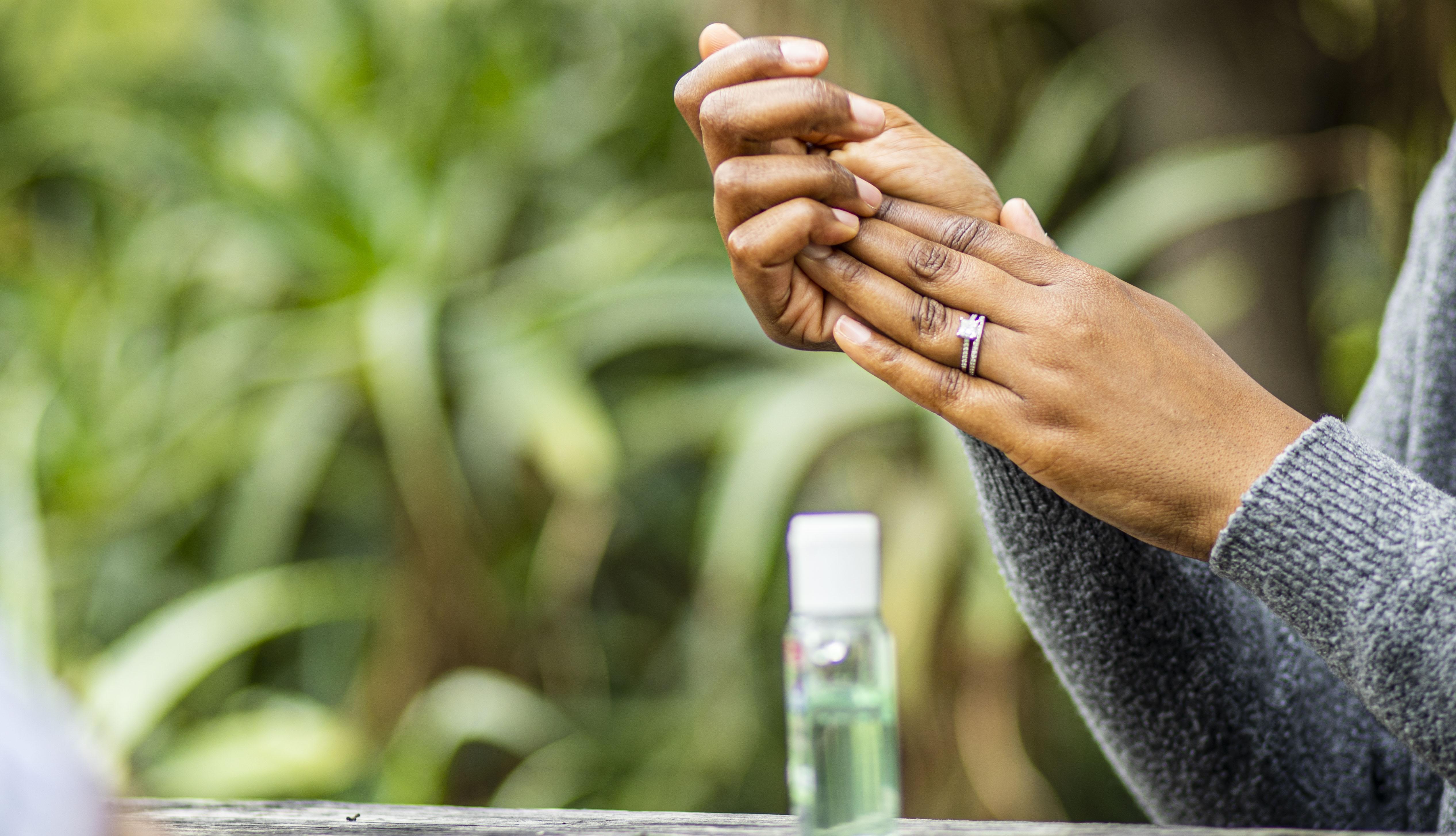Manos de una mujer usando jabón desinfectante