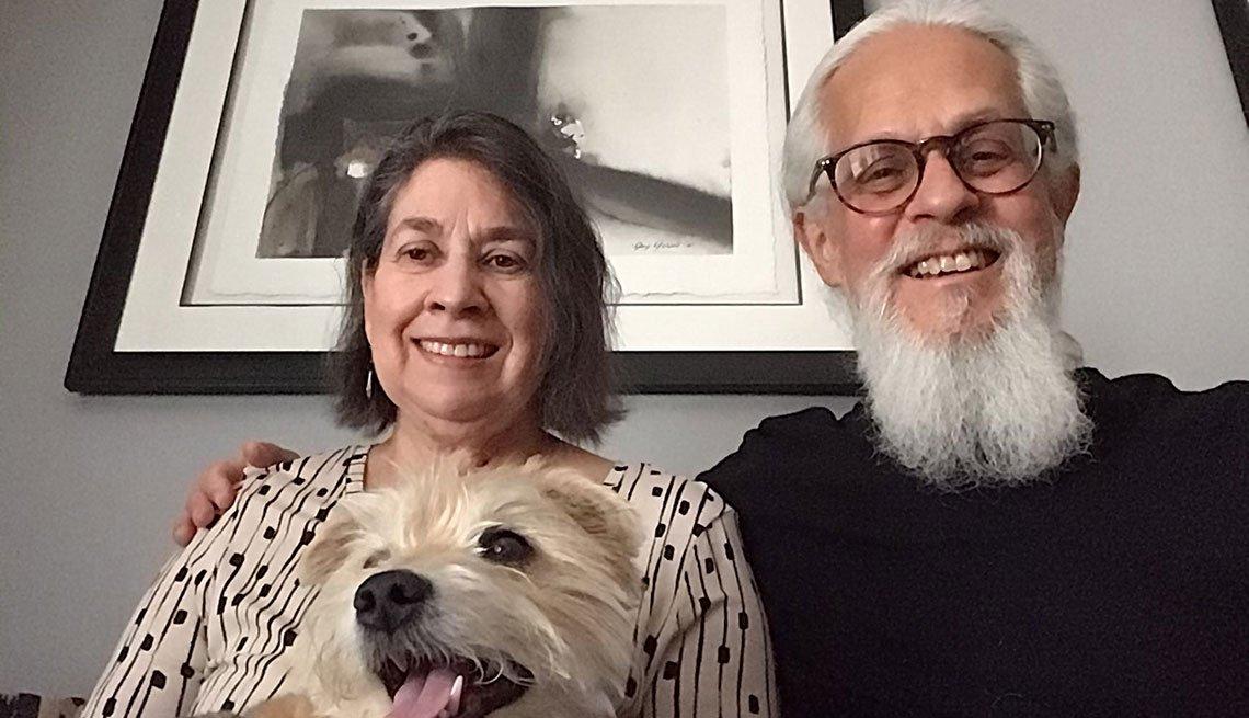 Julia Lobaco junto a su esposo Kenny y su perro