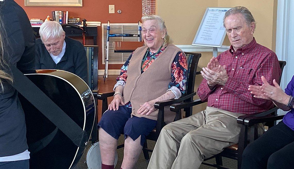 La musicoterapeuta Zoe Gleason Volz conduce una sesión de musicoterapia con un grupo de adultos mayores