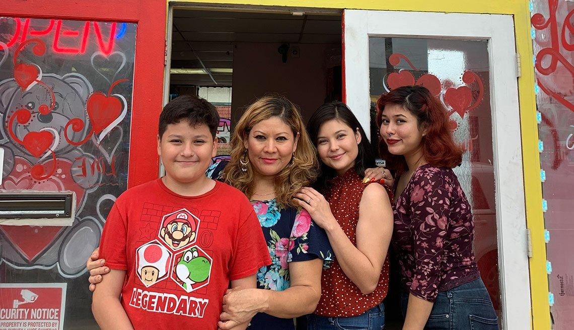 Olga Calderón junto a sus hijos