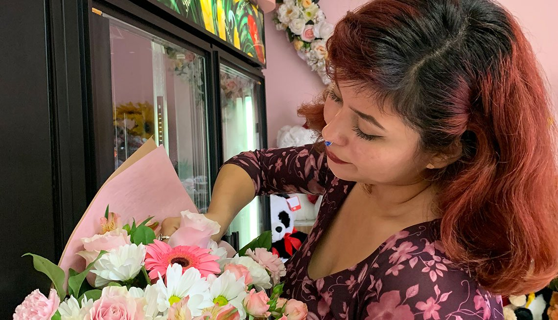 item 1 of Gallery image - Empleada de una floristería