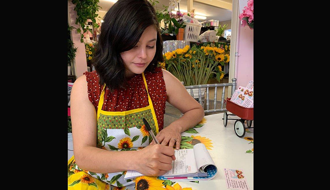 item 3 of Gallery image - Empleada de una floristería