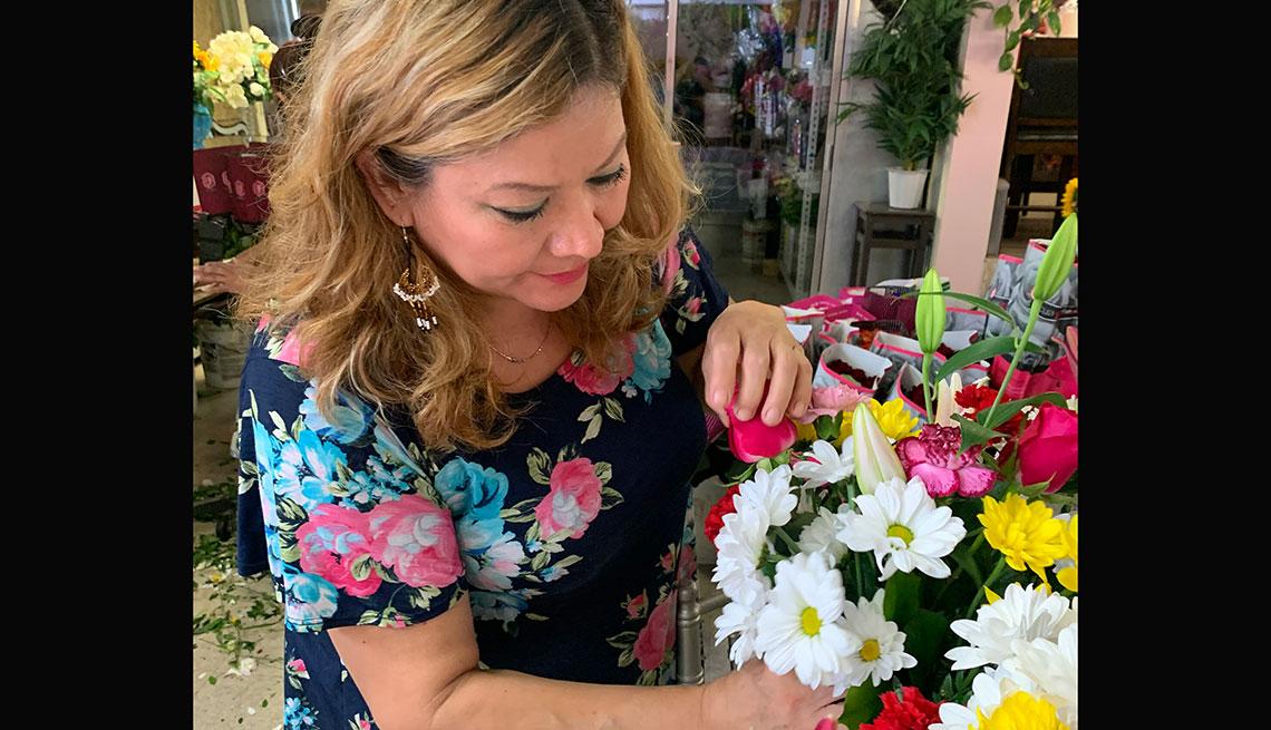 item 4 of Gallery image - Empleada de una floristería